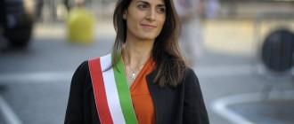 Il sindaco Virginia Raggi per la prima volta indossa la fascia tricolore. PAOLO CAPRIOLI/AG.TOIATI